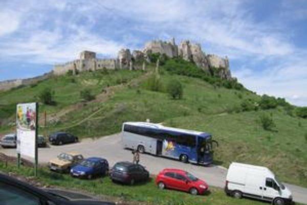 Hlavná brána. Vstupenky na Spišský hrad si turisti zakúpia už len pri vstupe hlavnou bránou, smerom od Žehry.