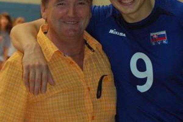 Otec a syn. Zo synovej reprezentačnej premiéry na Spiši mal najväčšiu radosť otec.