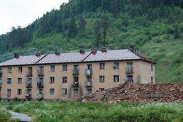 Posledný mohykán. Aj tento bytový dom stihne osud predchádzajúcich štyroch, zrovnajú ho so zemou.