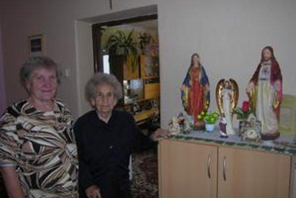 Pani Veronika je silne veriaca, vo svojej izbe má preto sochy svätých. Na snímke so svojou 75-ročnou dcérou.