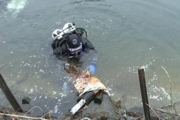 Sto kíl odpadu. Potápači vyniesli z vodného dna sto kíl odpadu.