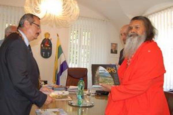 Dar. Indický duchovný si z metropoly Spiša odniesol publikáciu o Spiši.