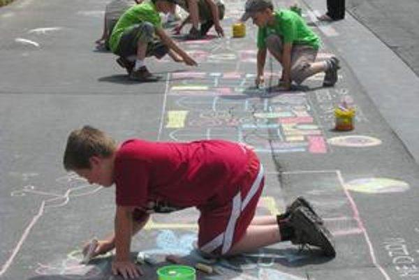 Kriedy. Deti minuli pri kreslení 4-tisíc kried.