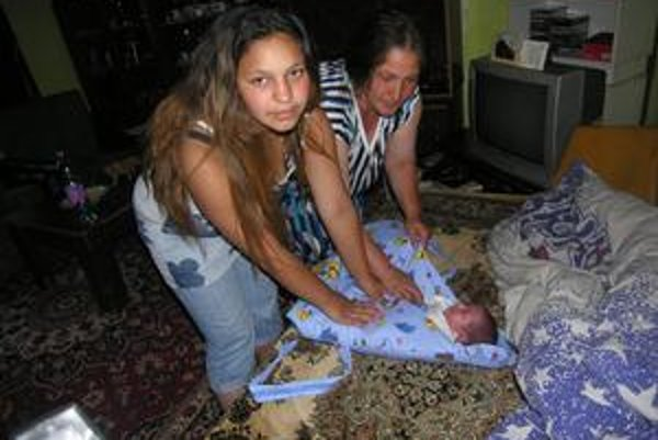 Babka aj matka. O bábätko sa stará hlavne jeho babka, Lucia sa vráti po letných prázdninách do školy.
