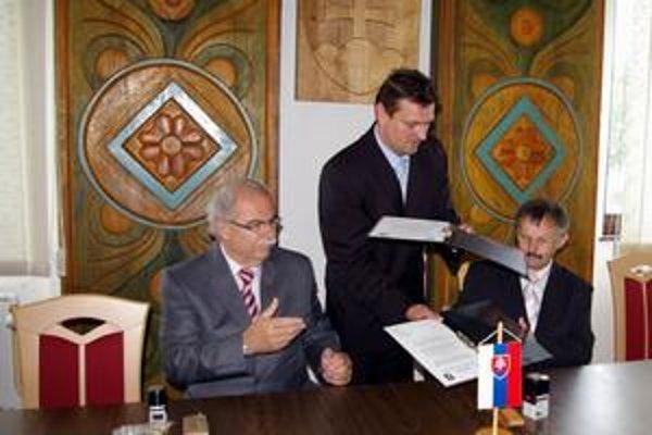 Družba. Podpísali ju (zľava) I. Borovský, primátor Vrbového a J. Bača, podhradský primátor. Uprostred M. Kapusta.