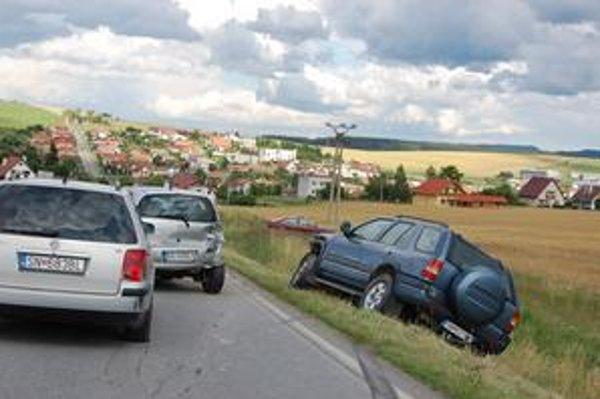 Reťazová nehoda. Zrazili sa spolu štyri autá, našťastie, nikomu sa nič nestalo.