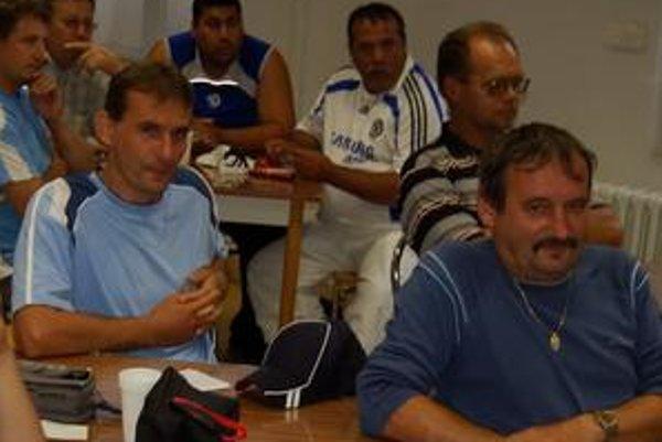 Spartak protestuje. Letanovce by mali vypadnúť a Spartak Bystrany postúpiť - to tvrdí šéf klubu Ján Žiga (vzadu vpravo v bielom).