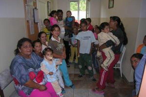 Očkovanie detí. Čakáreň krompašskej lekárky je plná, richnavskí Rómovia tu čakajú s deťmi na očkovanie.
