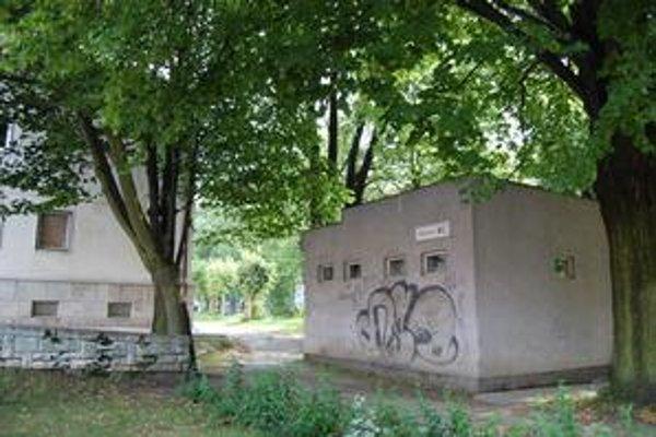 Toalety v centre. Susedia s krompašským magistrátom. Mesto plánuje ich obnovu.