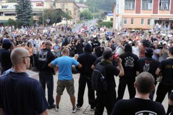V Krompachoch protestuje viac domácich obyvateľov ako extrémistov zo Slovenskej pospolitosti. Prekáža im, že ich každodenné problémy s Rómami nik nerieši. Viac vo videu.