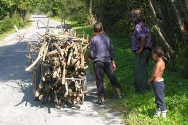 Typický obrázok z osád. Iba 14-ročný Ľuboš kradol okrem iného aj drevo.