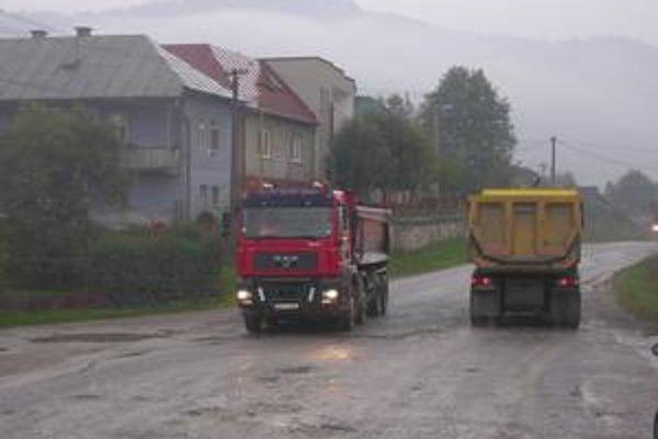 Realita. Takto to vyzerá v Olcnave od skorého rána. Po ceste premávajú nákladné autá.