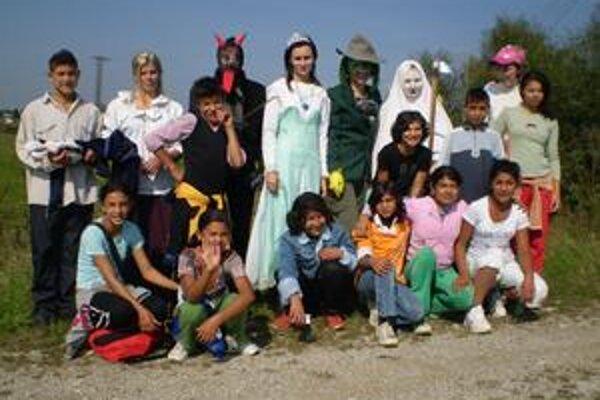 Školáci. S rozprávkovými postavami zapózovali na spoločnej snímke.