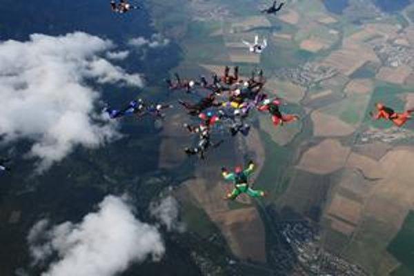 Štyri pokusy slovenských parašutistov boli neúspešné.