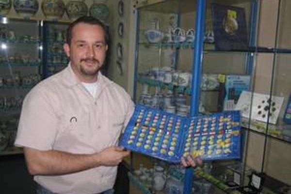 Numizmatik zo Spiša. Okrem odborníkov sú medzi numizmatikmi aj tí, ktorí sa dali na tento koníček hravou formou. Sledujú svoje peňaženky. Na snímke P. Endel.