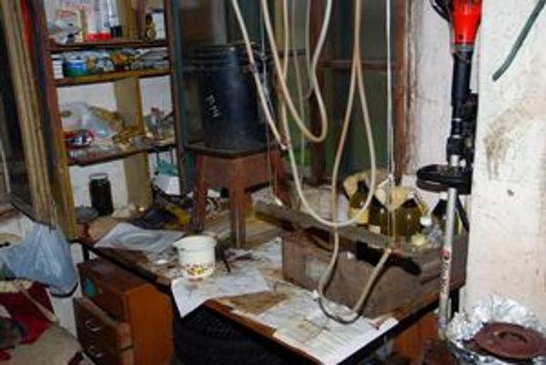Spišských Vlachoch našla polícia zariadenie na výrobu drog a rôzne chemikálie.