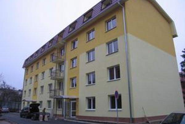Nové bývanie. Nájomné v trojizbovom byte je 180 eur, v jednoizbovom 115 eur.