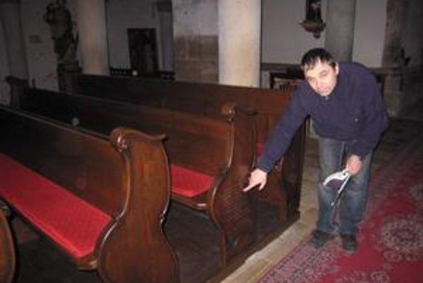 V latinčine. Latinský nápis na jednej z lavíc informuje o tom, kto zhotovil nové kostolné lavice. Na snímke J. Počatko.