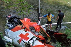 Vyšetrovatelia skúmajú spadnutý vrak vrtuľníka Leteckej záchrannej služby Air Transport Europe.