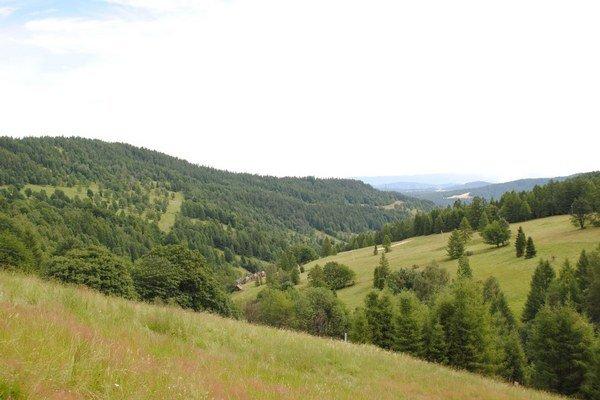 Jezersko leží v úzkej dolinke obklopené horami.