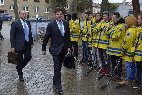 Vládu vítali v Kežmarku mladí hokejisti.