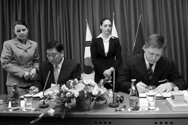 Prezident spoločnosti Samsung Electronics LCD Sang Wan Lee žurnalistov opustil hneď po podpise zmluvy.