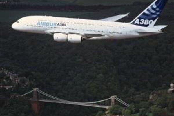 Airbus A380 počas prvého testovacieho letu nad Anglickom.