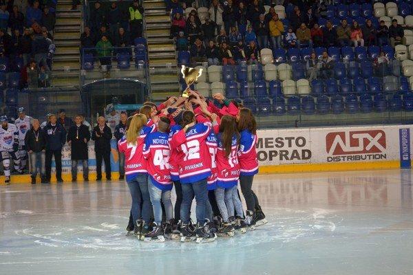 Oprávnená radosť. Popradské hokejistky sú majsterky Slovenska.