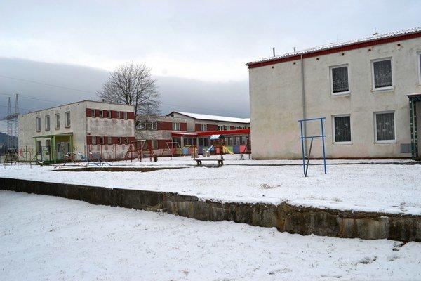 Dve škôlky na jednom pozemku. Mestská (vpravo) chce, aby jej súkromná vrátila priestory.