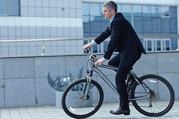 Do práce na bicykli sa dá šliapať aj v obleku.