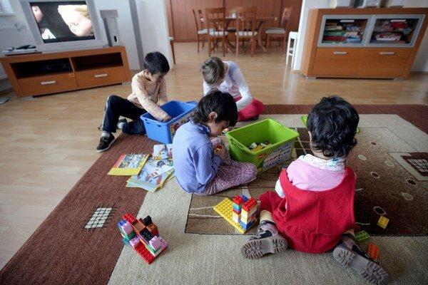 Deti zdetských domovov. Najťažší je pre nich štart vdospelosti. Niektoré mestá im vnúdzi pomáhajú.