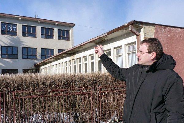Starosta Peter Duda pred budovou školy.
