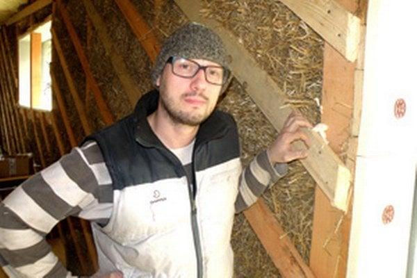 Ivan Hanko stavia v Lazanoch dom zo slamy.