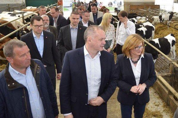 Sprava v popredí: Ministerka pôdohospodárstva a rozvoja vidieka Gabriela Matečná, prezident SR Andrej Kiska a konateľ spoločnosti Zemedar Ján Regec.