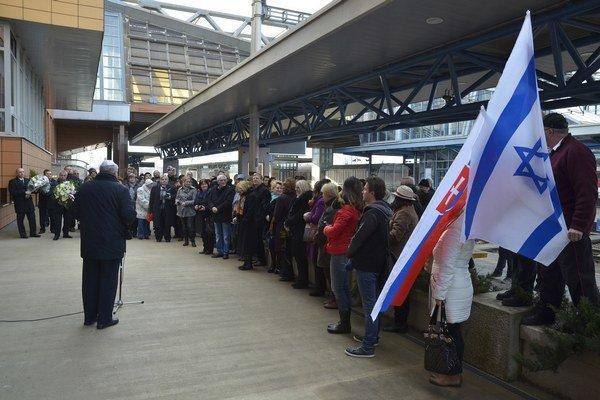 Účastníci podujatia venovaného pamiatke obetí prvého transportu Židov z Popradu do koncentračného tábora Auschwitz.
