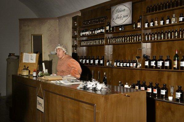 Lekáreň u Bielej pani. Privítala návštevníkov hneď vprvej miestnosti hradu.
