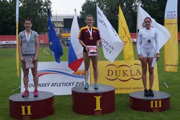 Zlatá atlétka. Stanka Lajčáková na najvyššom stupni po víťaznom behu na 100 m prekážok.