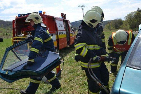 Nehoda bola naozaj vážna. Ľudí z auta museli aj vystrihovať.