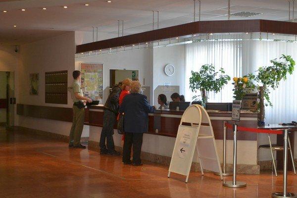 Mestský úrad v Poprade. Ľudia si kanceláriu prvého kontaktu mýlia s recepciou.
