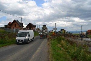 Obyvateľom je obec malá. Niektoré domy stoja už až pri značke.