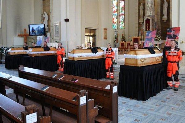 Na snímke záchranári držia čestnú stráž pri rakvách dvoch zo štyroch obetí havárie vrtuľníka, ktorí zahynuli 17. júla 2015 pri páde vrtuľníka v Slovenskom raji, pred rozlúčkou v Konkatedrále Sedembolestnej Panny Márie v Poprade.