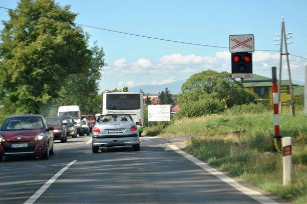 Pokazený semafor. V Kežmarku jazdili autá priecestím aj na červenú.
