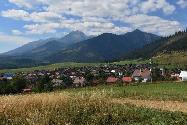 Na snímke pohľad na časť obce Lendak v pozadí Vysoké a Belianske Tatry.