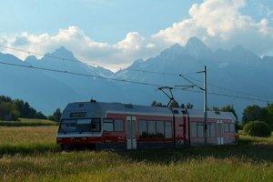 Na snímke električka Tatranských elektrických železníc (TEŽ) prechádza po trati popod Vysoké Tatry.