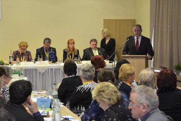 Andrej Kiska (vpravo v pozadí) počas príhovoru na 7. zjazde Odborového zväzu pracovníkov školstva a vedy na Slovensku.