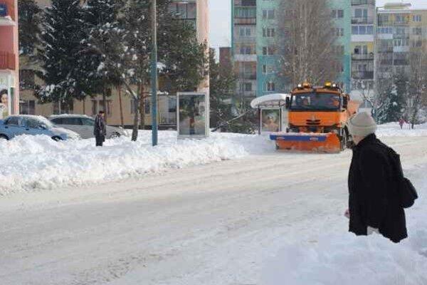 Cestári v krajoch. Tvrdia, že so zimou si dajú rady, aj keď na starých strojoch.
