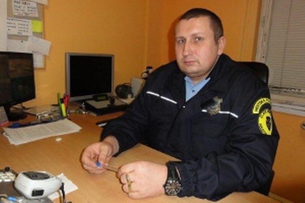 Prednosta a náčeelník v jednej osobe Marián Takáč síce dva platy neberie, odmenu za riadenie úradu ale dostáva. Okrem toho si vlani prišiel na slušné odmeny vo výške 3 300 eur.