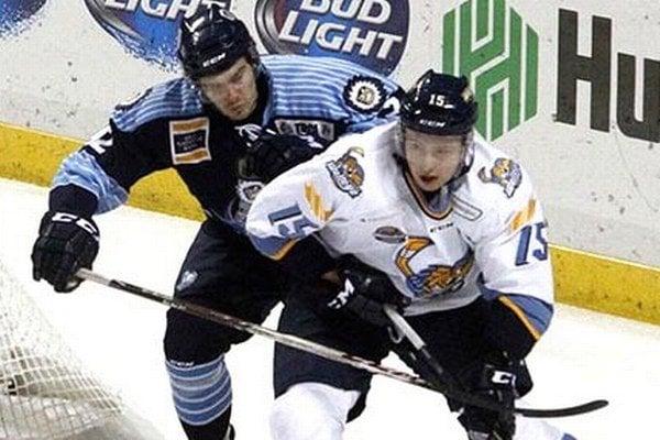 Marek Tvrdoň (vpravo) je najlepším strelcom tímu Toledo Walleye (ECHL), no rád by si zahral kvalitnejšiu súťaž.