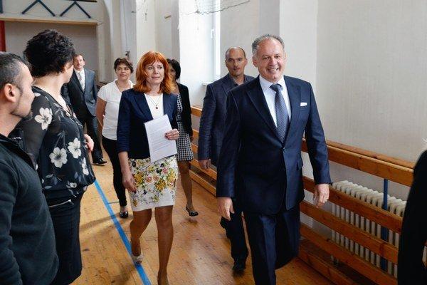 Prezident SR Andrej Kiska a riaditeľka ZŠ Lucia Troppová počas slávnostného otvorenia školského roka 2014/2015 na Základnej škole v Huncovciach.