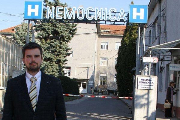 Martin Cimrák (na snímke) na stav vykurovania v poslednej mestskej nemocnici na Slovensku upozorňuje už druhé volebné obdobie. Mesto, majiteľ nemocnice, jeho výzvy vytrvalo ignoruje.